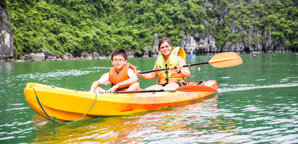 kayaking-halong-bay-cruise