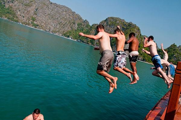 jump off cruise halong bay