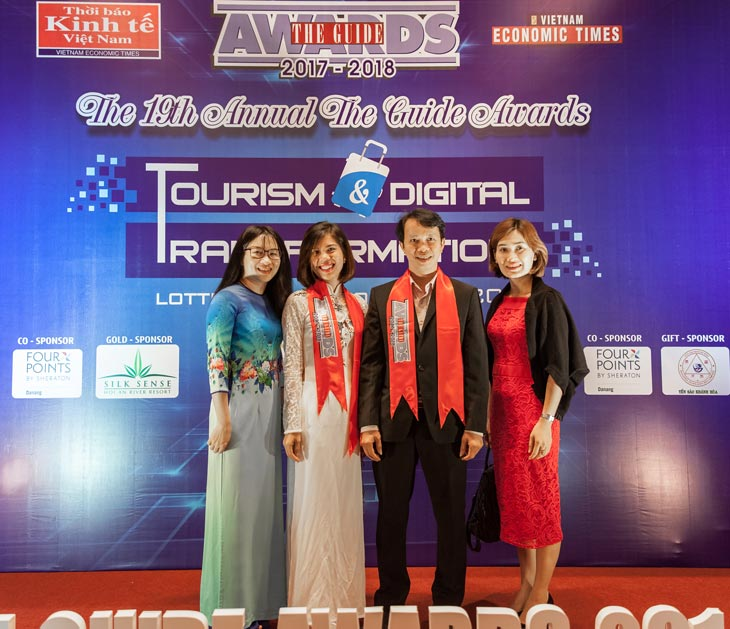 Mr. Bui Van Chi - the Manager of Oriental Sails received the Award The Guide 2018