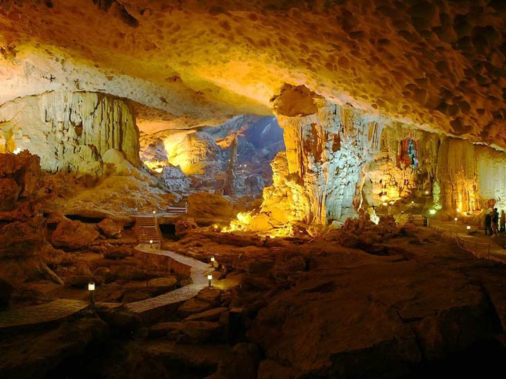 Thien Canh Son cave in Ha Long Bay