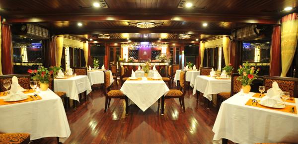 Dining-on-oriental-sail
