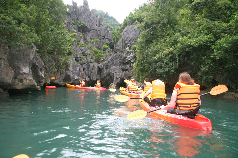 Oriental-sails-kayaking-in-halong-bay2